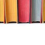 Åldriga kulöra böcker Närbild Vit bakgrund isolerat Royaltyfri Bild