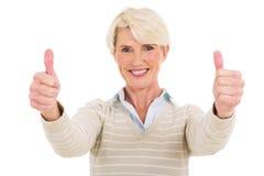 Åldriga kvinnatummar för mitt upp Royaltyfri Foto