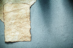 Åldriga pappers- ark på grått bakgrundskopieringsutrymme Royaltyfri Foto