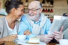 Åldriga par i kafé Arkivfoto
