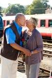 åldriga par mature trainstation royaltyfria foton