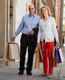 Åldriga par med köp Arkivfoton