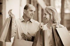 Åldriga par med köp Royaltyfri Bild