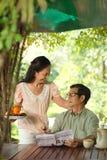 Åldriga par på frukosten Arkivbild