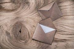 Åldriga stolpekuvertbokstäver på träbräde Arkivfoton