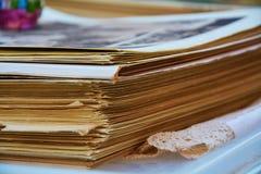 Åldriga tidskrifter bakgrund och textur Arkivfoto