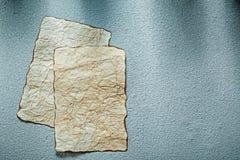 Åldriga tomma ark av papper på grå bakgrund Arkivbild