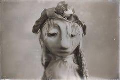 Åldrigt foto för ledsen tappningdocka Arkivbild