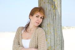 Åldrigt kvinnaanseende för mitt på stranden Royaltyfri Fotografi