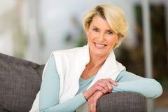 Åldrigt kvinnasammanträde för mitt Fotografering för Bildbyråer