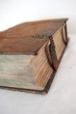 Åldrigt mycket gammalt boka fokuserar och suddighetr på Fotografering för Bildbyråer