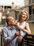Åldrigt pardrinkte på balkong Arkivfoto