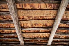 Åldrigt wood tak för timmerram Arkivbild