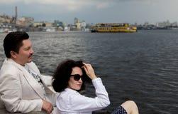 Åldring för lycka för känslor för romans för förälskelse för kvinnaman riktig utomhus royaltyfri fotografi