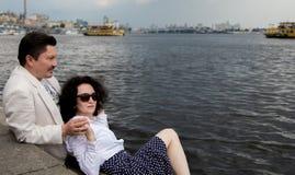Åldring för lycka för känslor för romans för förälskelse för kvinnaman riktig utomhus fotografering för bildbyråer