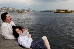 Åldring för lycka för känslor för romans för förälskelse för kvinnaman riktig utomhus royaltyfria bilder