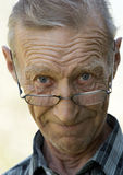 Åldring mannen i exponeringsglas Arkivfoton