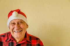 Åldring med den Santa Claus hatten arkivbild