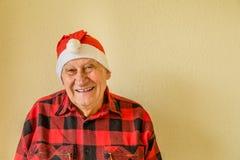 Åldring med den Santa Claus hatten royaltyfri foto