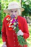 Åldring med en bukett royaltyfria foton