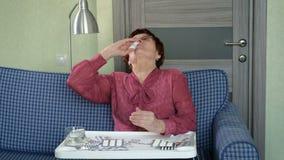 Åldring Person Using Nose Spray stock video