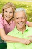 åldring som omfamnar den mogna kvinnan för lycklig man Arkivbilder
