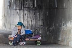 Åldring som tigger på gatorna arkivbilder