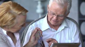 Åldringen kopplar ihop att ha gyckel, i att meddela med familjen på internet i bekväm vardagsrum lager videofilmer