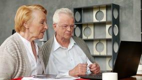 Åldringen kopplar ihop att ha gyckel, i att meddela med familjen på internet i bekväm vardagsrum arkivfilmer