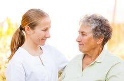 Åldringen returnerar omsorg Fotografering för Bildbyråer
