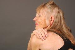 åldringen smärtar kvinnan Arkivbild