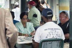 Åldringen som spelar dominobricka på dominobrickan, parkerar i litet havannacigarrområde i Miami, Florida Arkivfoto