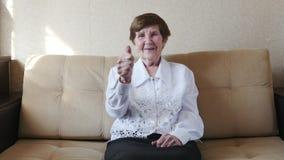 åldringen som visar tum, up kvinnan Positiv mindset leder till framgång arkivfilmer