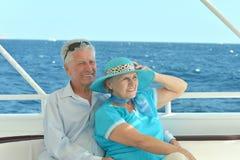Åldringpar i fartyg på havet Royaltyfri Bild