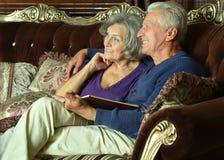 Åldringpar på soffan Royaltyfri Fotografi