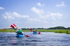 Åldringpar som kayaking på floden Arkivbilder