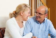 Åldringpar som ler samman med lycka Arkivbild