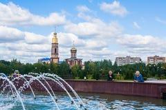 Åldringpar som ser en springbrunn Nizhnekamsk Tatarstan, Ru Royaltyfri Fotografi
