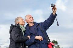 Åldringpar som tar en självstående royaltyfria foton