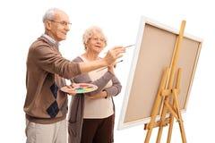 Åldringpar som tillsammans målar royaltyfri bild
