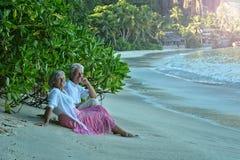 Åldringpar vilar på den tropiska semesterorten Arkivfoton