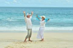 Åldringpar vilar på den tropiska semesterorten Fotografering för Bildbyråer