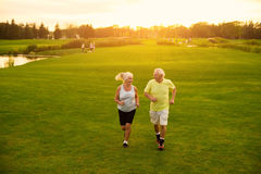 Åldringparet joggar royaltyfri foto