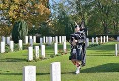Åminnelseceremoni på vallkyrkogården på vapenstillestånddag Arkivbild