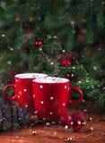 Ånga över varm choklad Röd kopp med kakao och marshmelow Royaltyfria Bilder