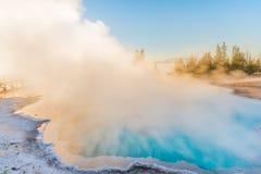 Ånga den blåa varma våren i den Yellowstone nationalparken Arkivbilder