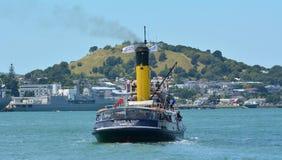 Ånga den Tug William C Daldy cruiseoen till Devon port - Nya Zeeland Arkivfoto