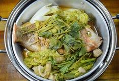 Ånga fisken och grönsaken i rostfri ångarekruka Royaltyfria Bilder
