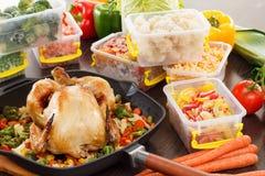Ånga fryste grönsaker och grillad feg mat Royaltyfria Bilder