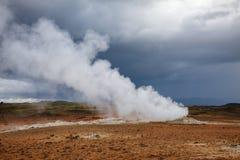 Ånga fumaroleHverir geotermiskt område Namafjall Myvatn nordöstra Island Skandinavien royaltyfri bild
